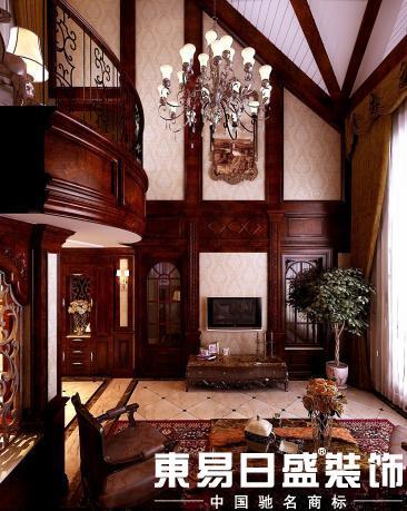 客厅电视背景墙用一圈护墙板烘托了空间向上的尺度感图片