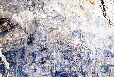 残破道观两面墙经雨水冲刷后露出精美壁画 图