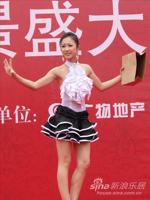 滨江帝景开盘演出 变魔术的美女一上场全场沸