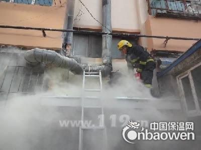 乌鲁木齐一单元楼外层保温墙起火